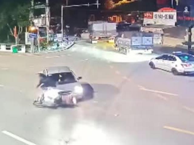 """Clip: Lái xe máy gặp tai họa tông ô tô xi nhan """"lừa đảo"""", cư dân mạng tranh cãi đúng sai"""