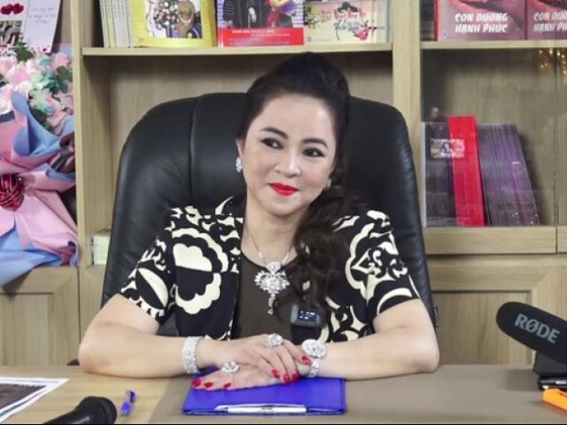 Giữa ồn ào sao kê, bà Phương Hằng tặng 20.000 hộp găng tay y tế cho tuyến đầu chống dịch