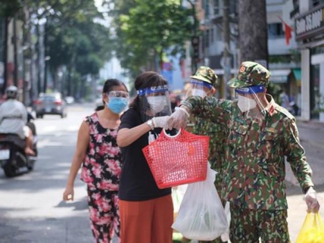 Đi chợ 'lưu động', người dân xúc động khi được bộ đội xách đồ về tận nhà
