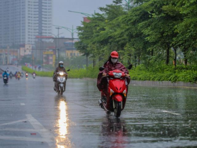 Người dân Thủ đô đón cái lạnh đầu mùa kèm mưa