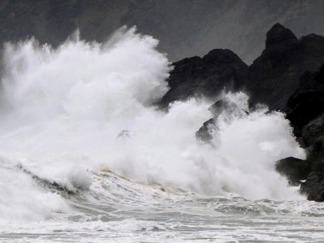 Bão số 7 áp sát đất liền các tỉnh Bắc Bộ, bão số 8 rất mạnh sắp vào Biển Đông