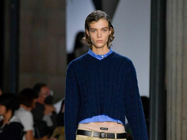 Prada đem trở lại xu hướng Y2K khoe eo trong bộ sưu tập mới