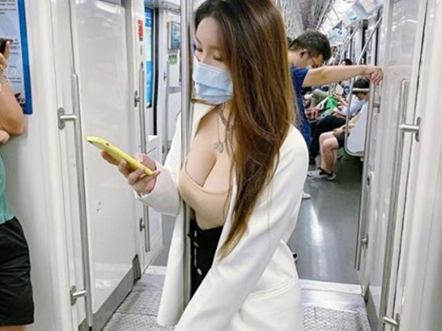 """Ngao ngán vì nhiều cô gái """"hồn nhiên"""" thay đồ, mặc bikini lên tàu điện ngầm"""