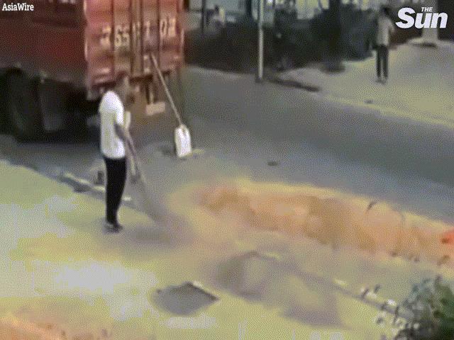 Video: Hãi hùng khoảnh khắc bé trai chạy qua đường bị máy gặt tông trúng
