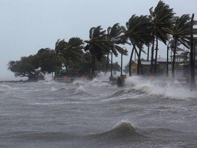 Bão số 8 Kompasu cách bờ biển miền Trung 200km, mưa to, gió giật nhiều nơi