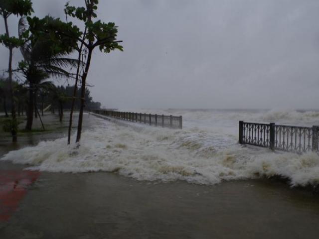 Mưa lớn và nước biển dâng tại Tp.Sầm Sơn do ảnh hưởng bão số 8